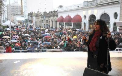 Con un festejo bajo lluvia, Patricia Sosa estuvo en Tandil