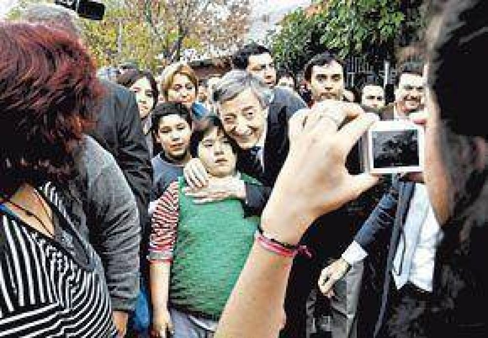 Kirchner se mostró entre la gente en una caminata cuidada paso a paso