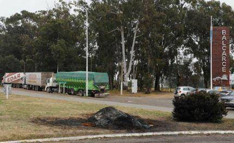 Camioneros comienzan piquetes, en el inicio de las vacaciones, en la Autovía 2