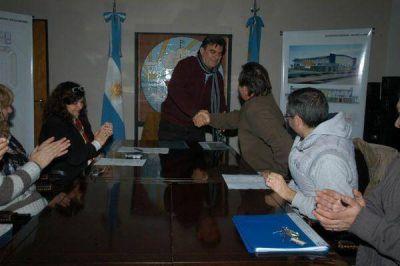 Gutiérrez firmó el contrato para el inicio de obra del Microestadio Néstor Kirchner