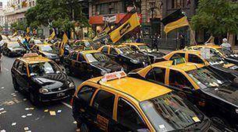 Protesta de taxistas por los contracarriles de Pueyrredón