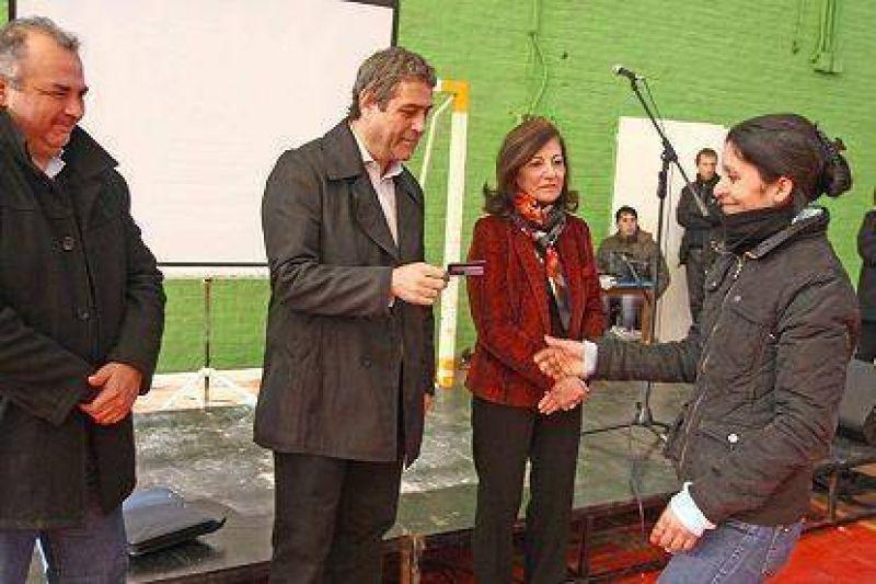 Avellaneda: se entregaron tarjetas de cobro del Plan �Ellas Hacen�