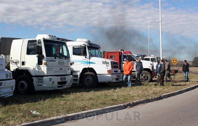 Transportistas cortan camiones con cereales y combustible