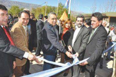 Enrique Deibe inauguró centro de servicios en Los Sauces