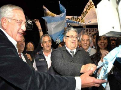 Fellner inauguró tendido eléctrico en barrio de Perico
