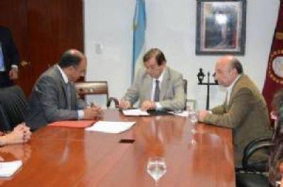 La Intendencia firmó un convenio con la Provincia para la refacción de escuelas