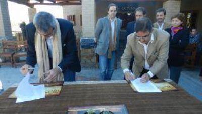 Jalil firm� un convenio con su par de San Antonio de Areco