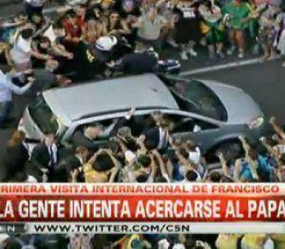 La gente desbordó la seguridad para acercarse al Papa