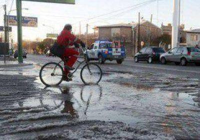 El frío rompió un caño y se inundó una zona del Oeste