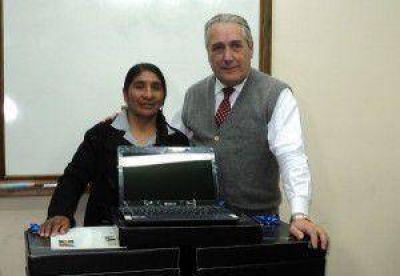 EJE SA hizo entrega de 10 notebooks al Centro Universitario de Abra Pampa