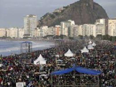 El Papa Francisco se despide de Brasil con una misa multitudinaria en la playa