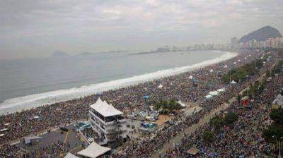 Francisco cierra el encuentro en Río con una misa con vista al mar