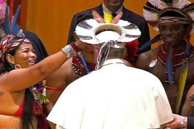 Francisco volvió a romper el protocolo y se colocó un sombrero indígena