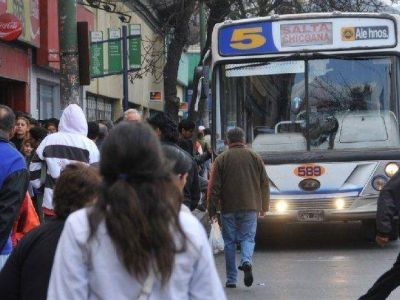 Otro contrato dudoso en Saeta: pondrán plasmas en colectivos y paradas