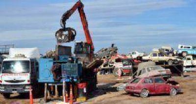 Compactación de vehículos: Ya se extrajeron 4 toneladas de líquidos contaminantes