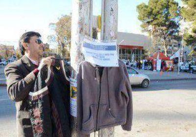 Colocan percheros con ropa para combatir el frío