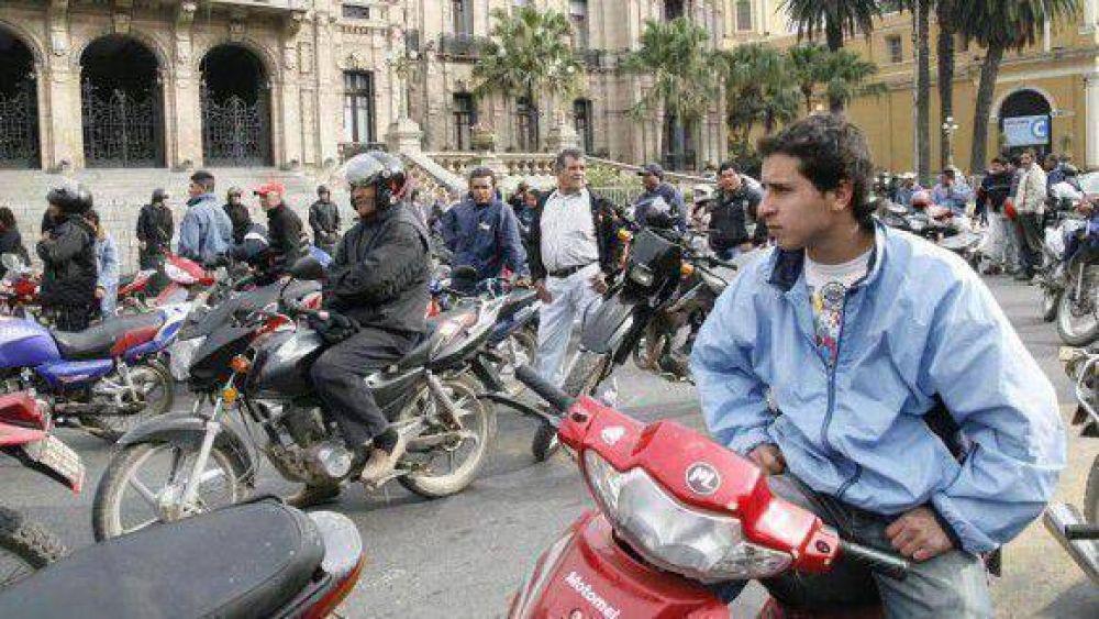 """""""A pata y en moto"""", los estatales marcharon en reclamo de mejoras"""