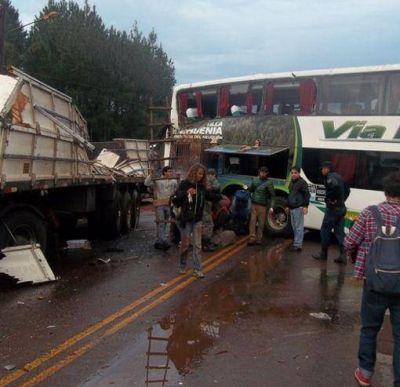 Un colectivo con turistas extranjeros y un camión chocaron antes del puente Banana