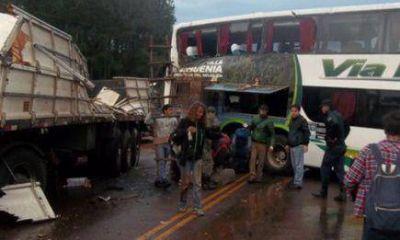 Un colectivo con turistas y un camión chocaron antes del puente Banana