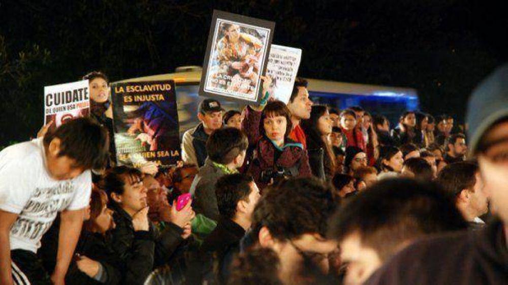 Escrache durante la ceremonia de los Martín Fierro en la puerta del Teatro Colón