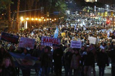 Con una protesta menos masiva, el 8-A movilizó a los caceroleros más duros