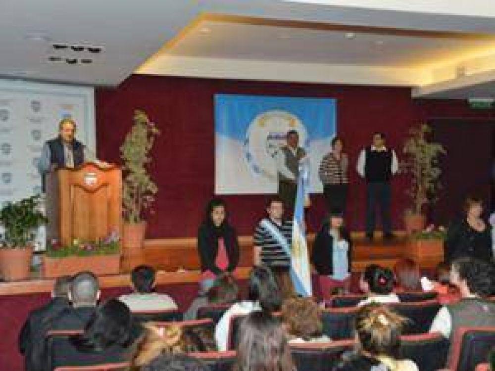 Entrega de certificados del Plan FINES en Malvinas Argentinas