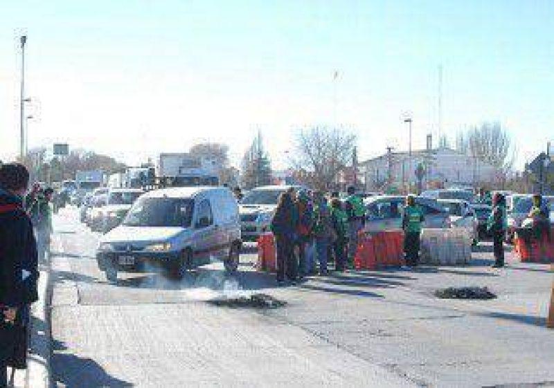 ATE bloqueó los puentes y Weretilneck anunció descuento del día de paro