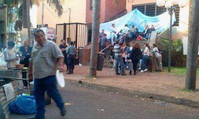 Empleados municipales mantienen sitiado el centro de Posadas