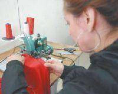 Un taller de la UBA enseña confección a 100 mujeres de barrios vulnerables