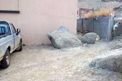 Vecinos de calle Francia reclaman por rocas que caen del Chenque