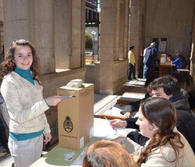 El voto joven comenzó con poca participación