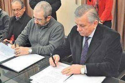 El intendente Infante firmó convenio para cooperar con el Renatea