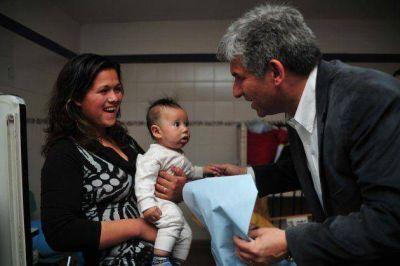 Poggi visitó a los niños internados en el hospital