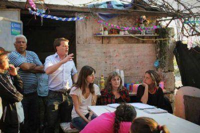 Campbell visitó el Barrio Perón junto al Voluntariado