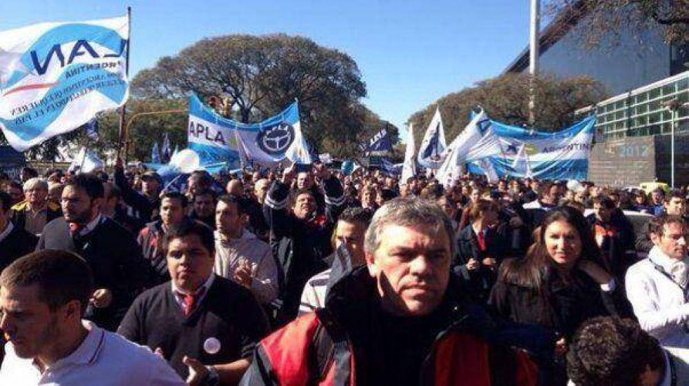 Aeronáuticos anuncian un paro y protestan en la Costanera