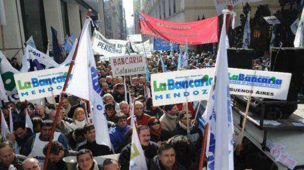 Bancarios marchan al Congreso por los despidos en Tucumán