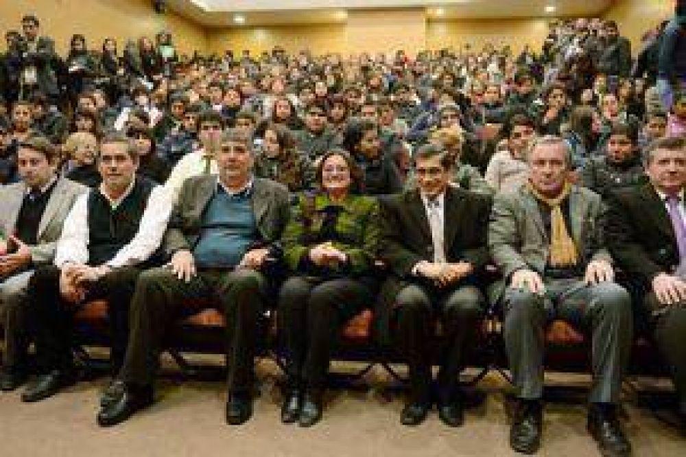 Corpacci entregó becas destinadas a estudiantes de nivel superior