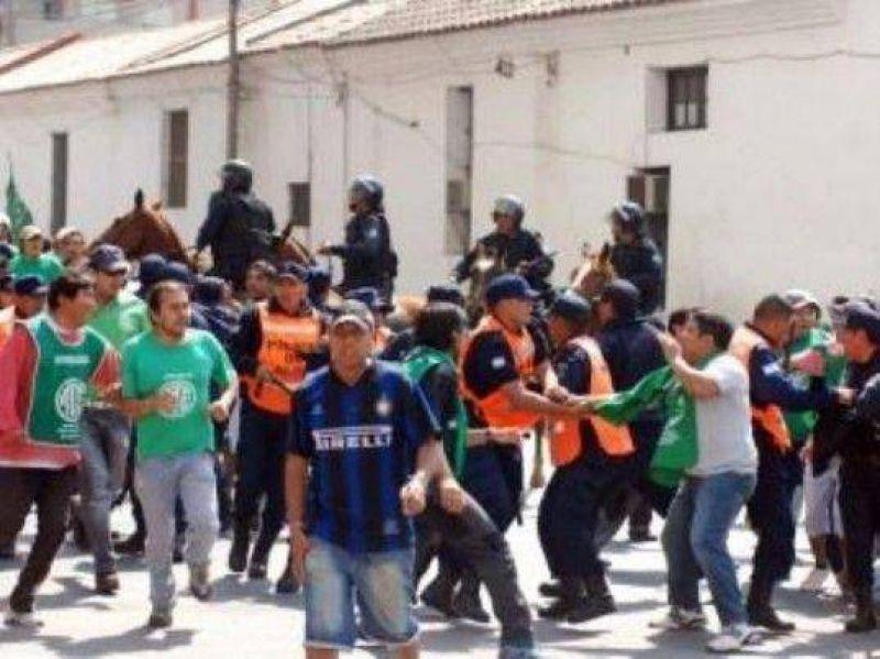Reprimen a estatales en Jujuy y detienen al secretario provincial de ATE