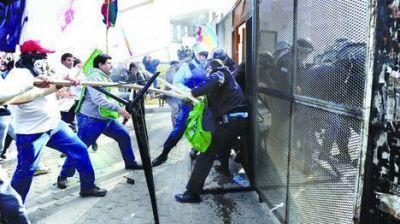 Protesta y fuerte represión durante el debate legislativo