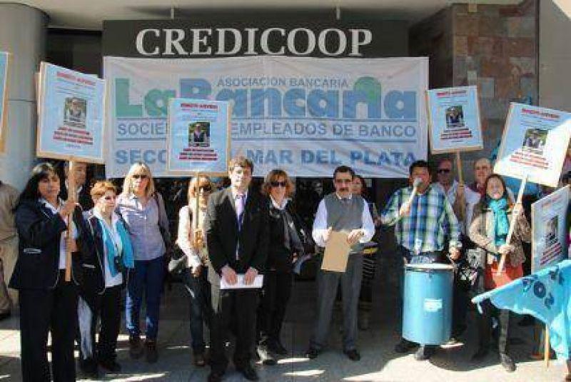 Trabajadores bancarios escracharon al Gerente Zonal del Credicoop por acoso laboral