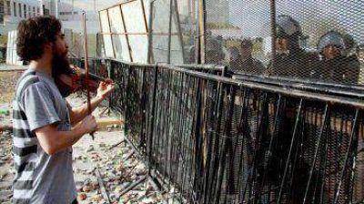Un violinista sorprendi� con su m�sica en medio de los incidentes en Neuqu�n