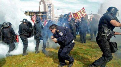El fiscal dijo que no fue una bala policial la que hiri� al docente en la marcha contra Chevron