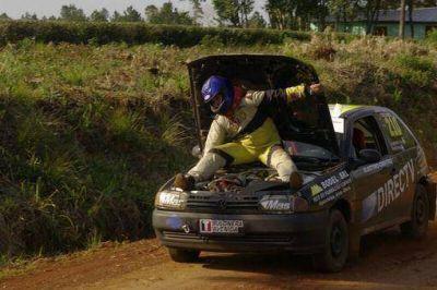 Corrió el final del rally subido al capó, acelerando con la mano a unos 100 kilómetros por hora