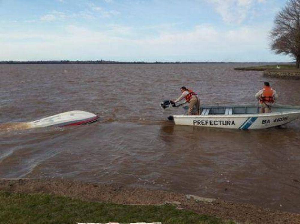 Rescatan a pescadores que cayeron al río al darse vuelta una lancha