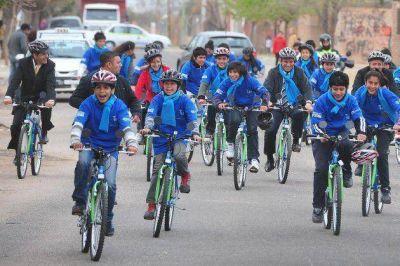 Bicis y tecnología para alumnos de la capital