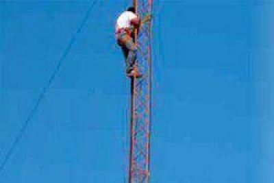 Se profundiza el conflicto en la APA: trabajadores se subieron a la antena