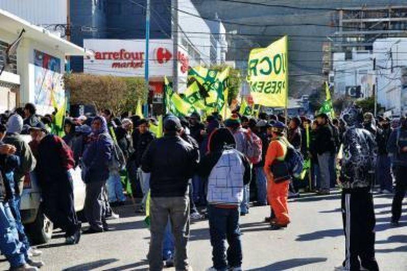 Desocupados de la UOCRA reclamaron puestos de trabajo ante la paralizaci�n de obras