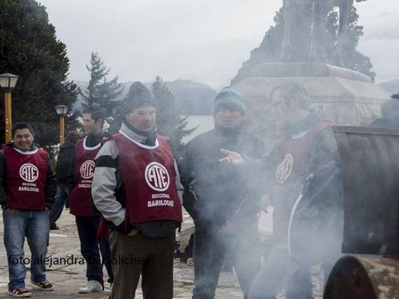Protesta gremial: porteros vendieron choripanes en el Centro Cívico