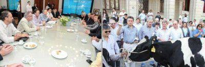 La lechería y sus productores, rehenes de la politiquería de la Mesa de Enlace y el gobierno nacional