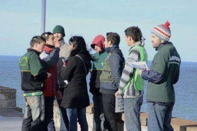 Hinchas de Aldosivi atacaron a ambientalistas de Greenpeace y les rompieron su bandera